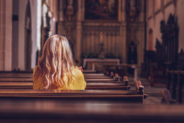 Gläubige in einer Kirche