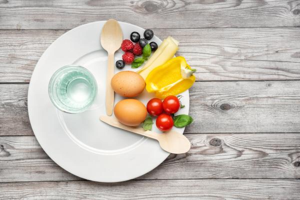 Teller zu einem Drittel mit Essen belegt