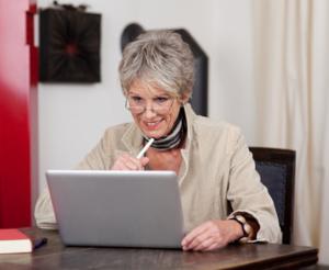 Ältere Frau am Laptop, © contrastwerkstatt - Fotolia.com