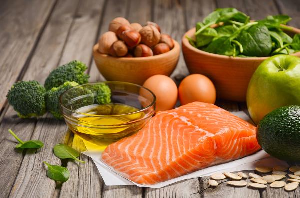Stilleben mit Lachs, Gemüse und Nüssen