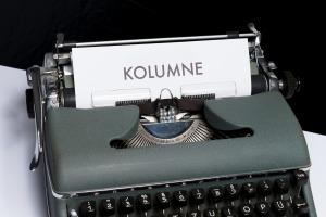 Eine Schreibmaschine mit einem Blatt auf dem