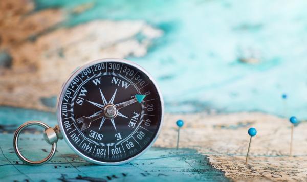 Kompass vor einer Weltkarte