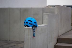 Blauer Fahrradhelm auf Betonmauer