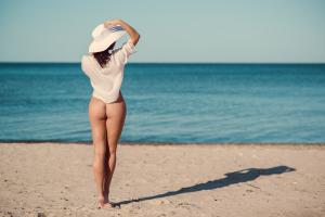 leichtbekleidete Frau am Strand