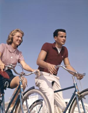 Zwei Jugendlichen auf Rädern auf einem Foto aus den 50er Jahren