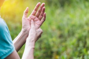 Frau mit Handschmerzen