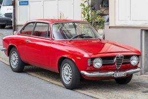 Roter parkender Alfa Romeo Giulia Sprint GT_