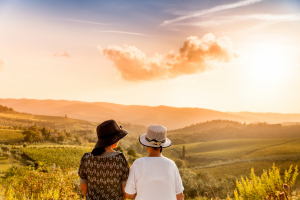 Zwei Frauen in den Weinbergen der Toskana