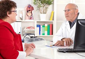 Frau spricht mit Arzt, Jeanette Dietl - fotolia