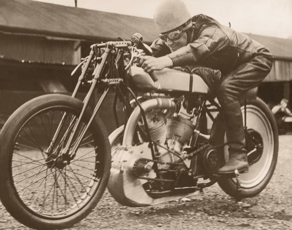 Foto eines Mannes auf einem Motorrad aus den 1950er Jahren
