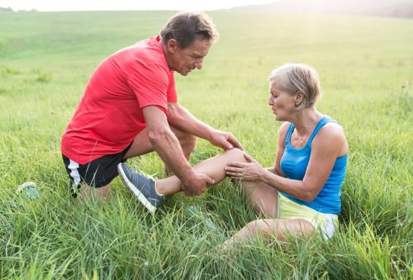 Senior-Joggerin mit Wadenkrampf