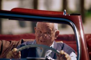 Senior hinter dem Steuer eines Autos