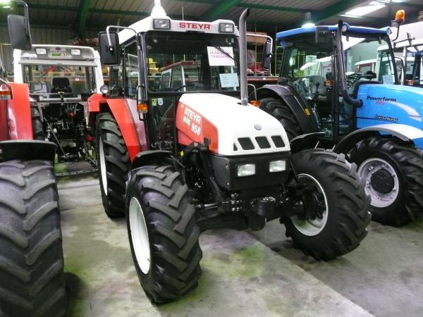 Traktoren in einer Verkaufshalle in Österreich