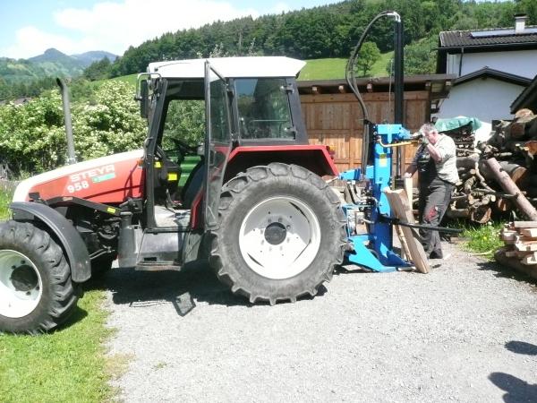 Traktor als Holzspalter