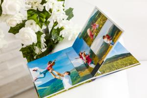 Fotobuch vor Blumen