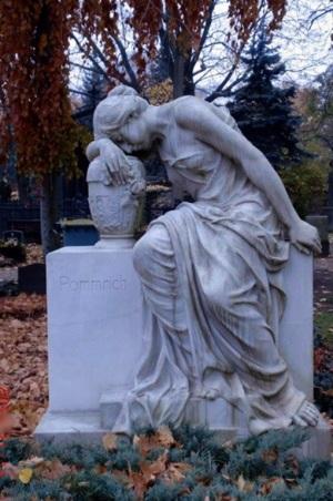 Beim Spaziergang über den Friedhof sind zahlreiche künstlerische Bildhauerarbeiten zu sehen