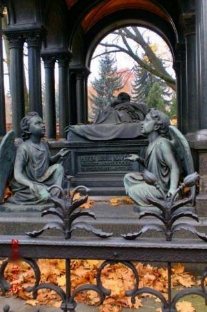 Auf dem Dorotheenstädtischen Friedhof sind viele bekannte Dichter, Denker und Persönlichkeiten begraben