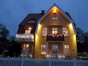 Ein festlich beleuchtetes Haus an der Kladower Promenade