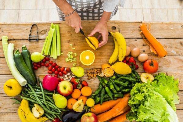 Obst und Gemüse auf Arbeitsplatte