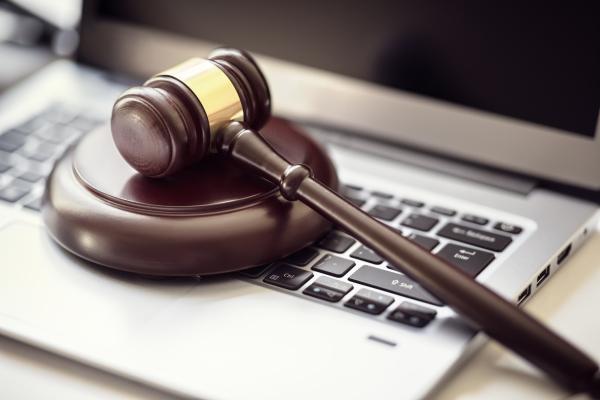 Richterhammer auf einer Tastatur