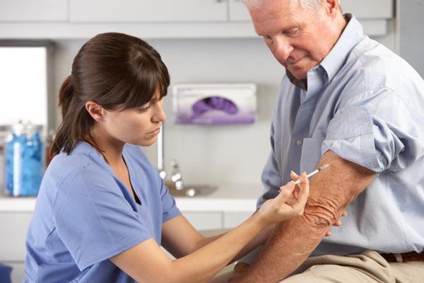 Ärztin impft Senioren