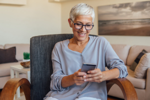 Frau mit Handy auf dem Sofa