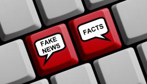 Tastatur mit Fake- und Fakt-Schriftzug