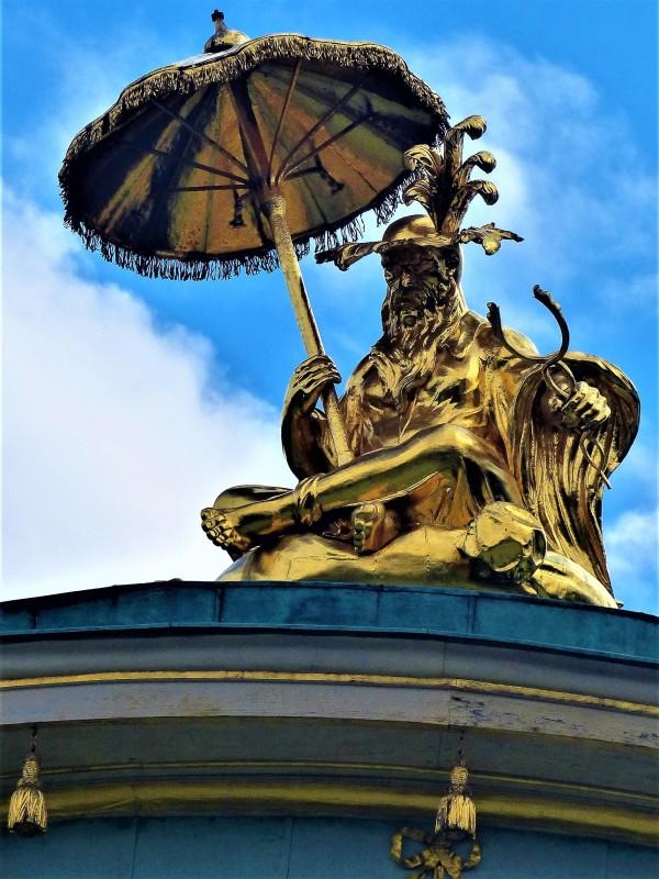 Die  Figur auf dem Tempel.