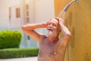 Mann duscht im Freien