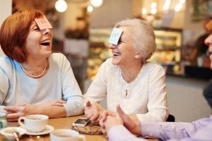 Lachende Damen am Tisch sitzend
