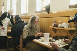 Obdachloser beim Frühstück im Franziskustreff Frankfurt