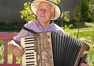 Älterer Mann spielt glücklich Akkordeon, Budimir Jectic - fotolia