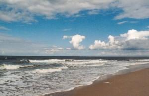 Strand und Meer bei schönem Wett