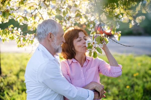 Verliebtes älteres Paar im Frühling