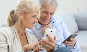 Mann und Frau vergleichen Smartphones, © goodluz - fotolia