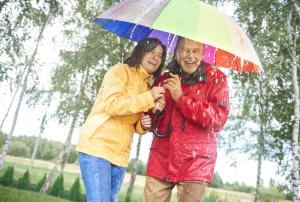 Menschen unter einem Regenschirm