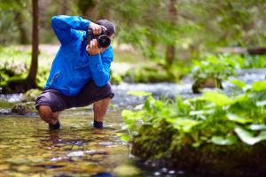 Mann fotografiert im Wald