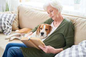 Frau mit Hund liest ein Buch