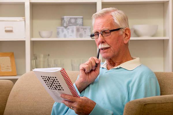 Mann der Sudoku löst