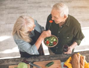 älteres Paar isst Salat