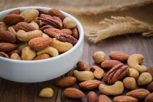 Nüsse auf Holztisch und in Schale