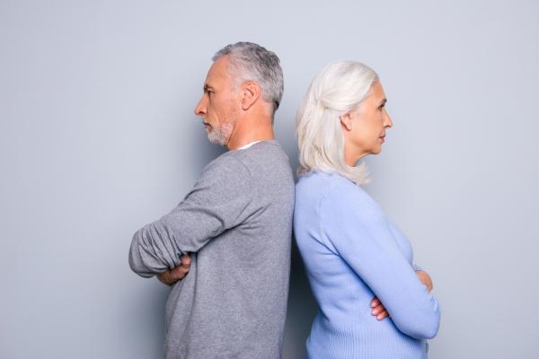 Älteres Paar, das sich die Rücken zuwendet