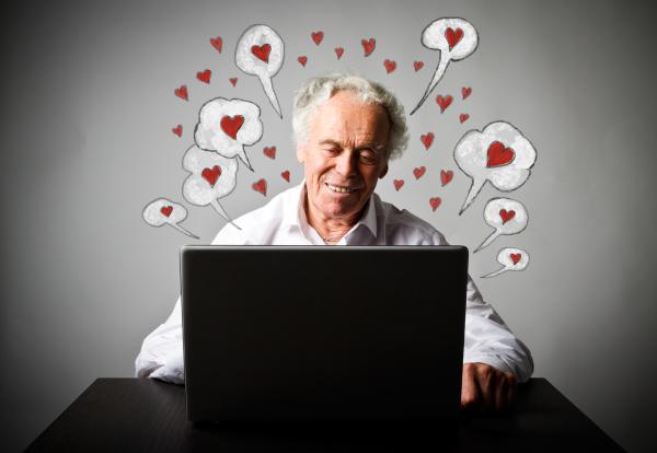 Älterer Mann beim Online-Dating