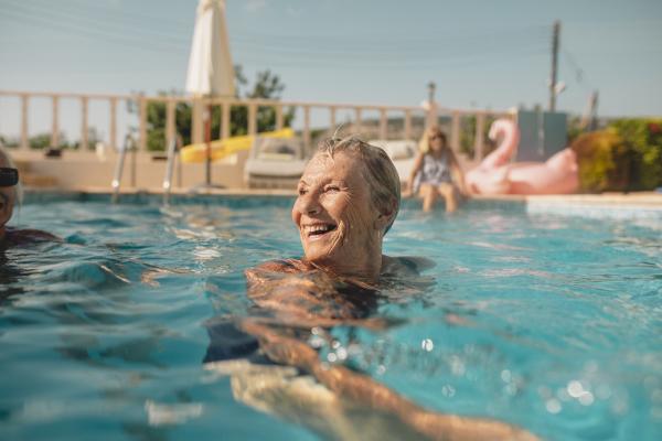 Seniorin im Pool