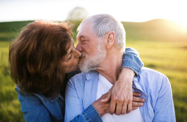 Glückliches älteres Paar, das sich küsst