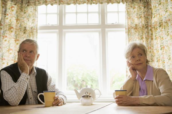 Sich am Tisch anschweigendes Paar