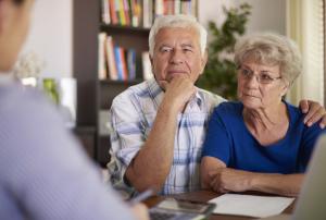 Seniorenpaar in einem Beratungsgespräch