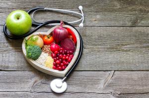 Gesunde Lebensmittel und Stethoskop