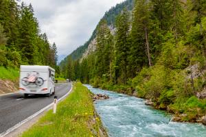 Camper fährt durch die Alpen