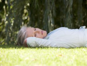Frau liegend auf einer Wiese